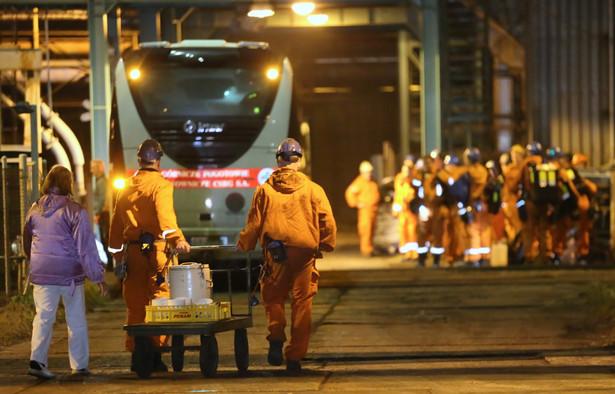 Tragedia w kopalni CSM doprowadziła do śmierci 13 górników, w tym 12 Polaków. Ciało jednej z ofiar zostało wydobyte na powierzchnię jeszcze w czwartek; zwłoki dziewięciu górników w poniedziałek nadal znajdują się pod ziemią.
