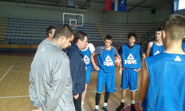 Rajko Toroman sa mladim košarkašima u Kruševcu