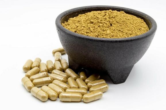 Kratom u prahu i pilulama koristi se kao biljni suplement