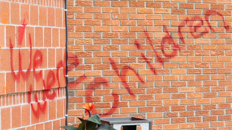 "Napis ""Byliśmy dziećmi"" na murach kościoła Saint Bonaventure"