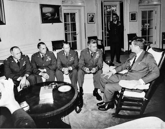 Tadašnji predsednik SAD Džon Kenedi na sastanku sa pilotima  predvođenim generalom Kurtisom Li Mejom, koji su otkrili sovjetske planove na Kubi