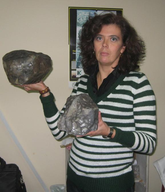 Tatjana Milić-Babić, kustos petrolog Prirodnjačkog muzeja u rukama drži Sokobanjski i Jelički meteorit