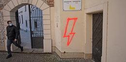 Ktoś namalował błyskawicę na murach zabytkowego kościoła