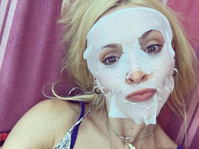 PAPIRNE maske za lice zaludele su sve SLAVNE LEPOTICE, a evo za šta TAČNO služe i ima li svrhe koristiti ih