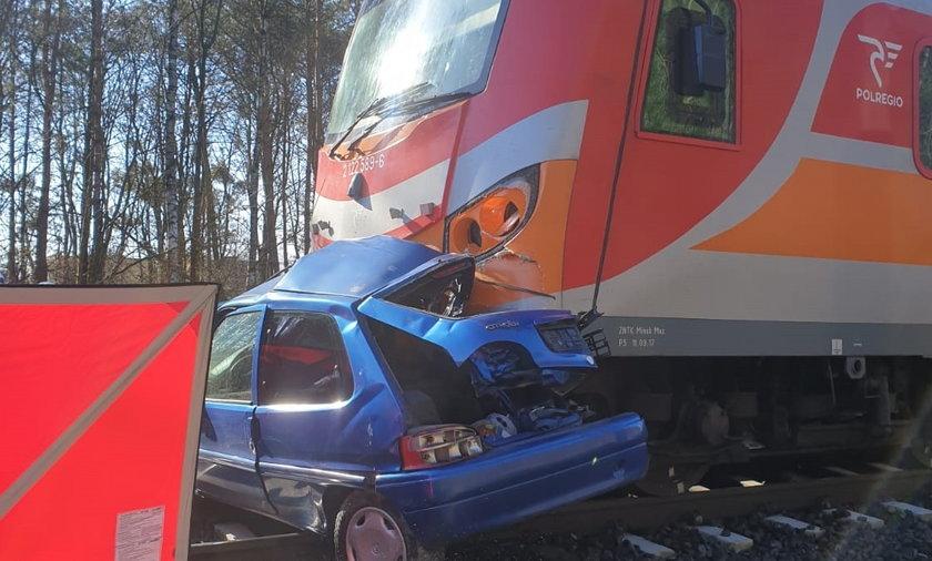 70-latka wjechała autem pod pociąg.