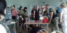 """Atak """"terrorystów"""" w szkole w Pabianicach! Nauczycielka zasłabła, kilka siępopłakało ..."""
