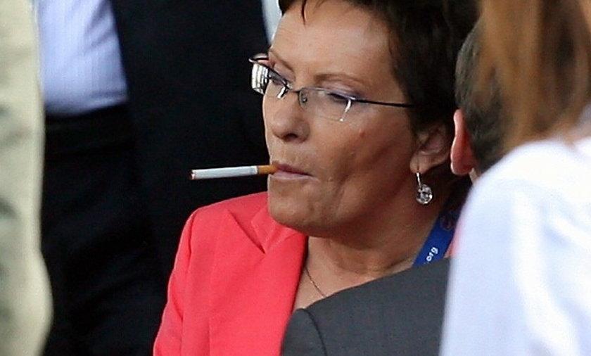 Ewa Kopacz pali papierosa