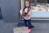 devojcica na terazijama skuplja novac za hranu svirajući gitaru