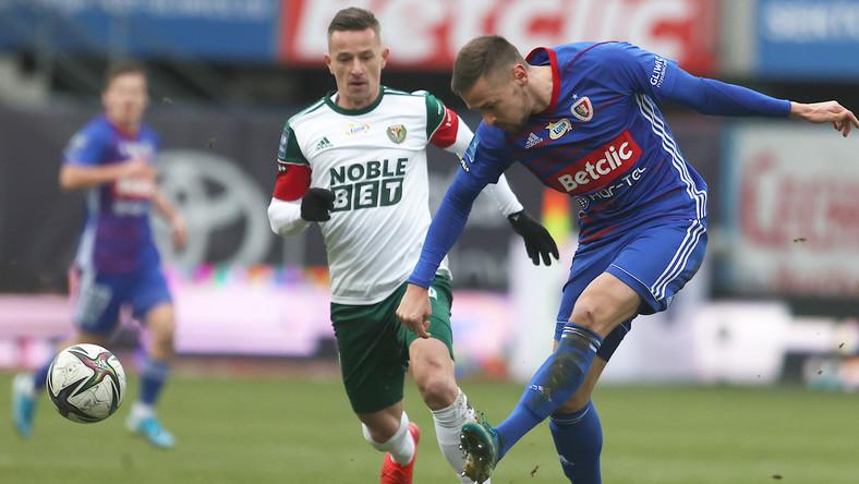 Zawodnik Piasta Gliwice Tomas Huk (P) i Mateusz Praszelik (L) ze Śląska Wrocław podczas meczu 16. kolejki piłkarskiej Ekstraklasy
