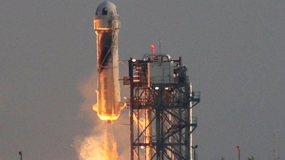 Jeff Bezos poleciał w kosmos. Rakieta New Shepard przekroczyła granicę atmosfery