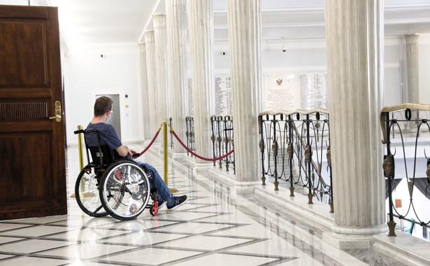 Zdaniem jej autorów (posłowie PiS) spełnia ona drugi postulat protestujących i przyniesie gospodarstwom z osobą niepełnosprawną miesięcznie około 520 zł oszczędności. Protestujący uważają jednak, że ta ustawa nie realizuje ich żądań w sprawie dodatku.