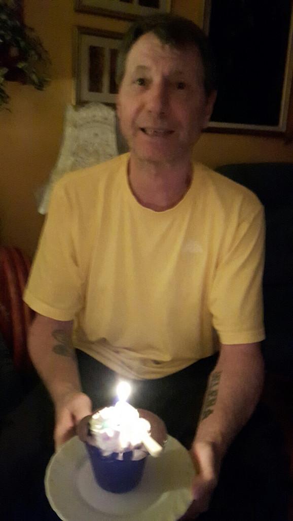 Slavnić sa simboličnom tortom za rođendan
