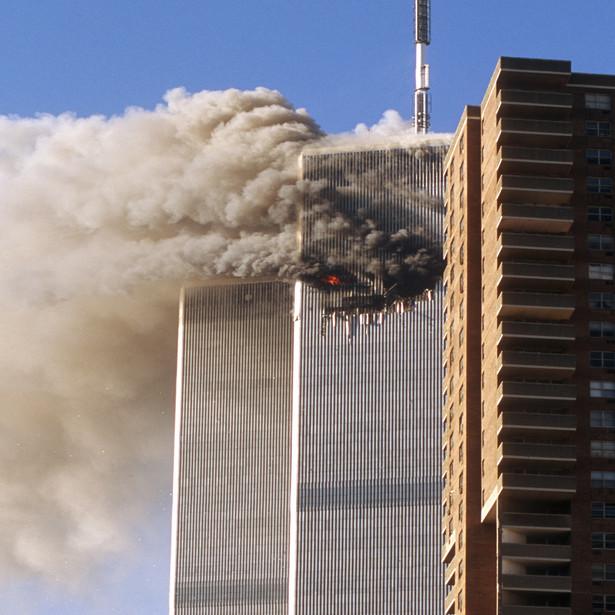 W uchwale przypomniano, że 11 września 2001 r. doszło do serii czterech ataków terrorystycznych, przeprowadzonych na terytorium Stanów Zjednoczonych Ameryki, przy użyciu uprowadzonych samolotów pasażerskich.