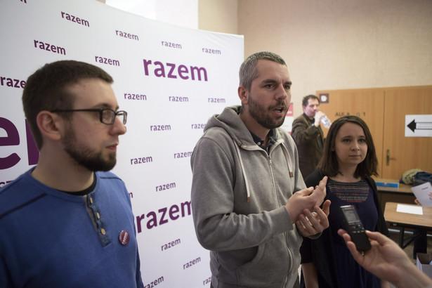 """Działacze Partii Razem określają swoje ugrupowanie jako """"najbardziej reaktywną partię opozycyjną""""."""