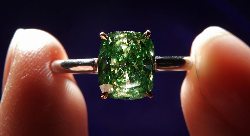 Diamentowy pierścionek w kształcie zielonego rombu