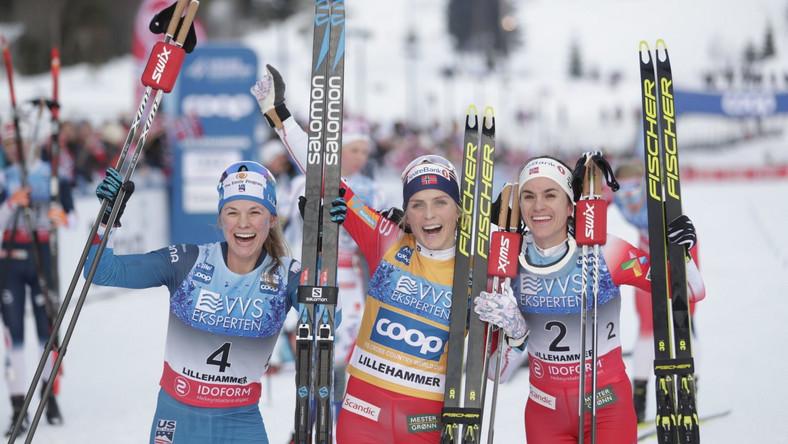 Therese Johaug (w środku), Jessica Diggins (z lewej) i Heidi Weng