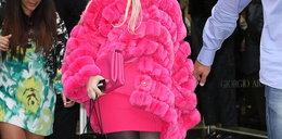 Przebrała się za różowego strusia