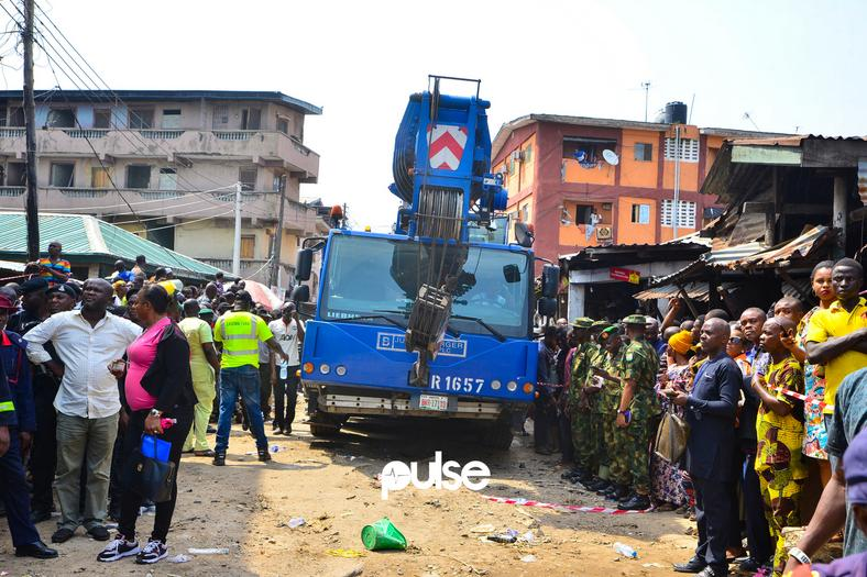 The heavy lifting truck, belonging to Julius Berger arrived about 4 hours after the collapse. (Pulse Nigeria)