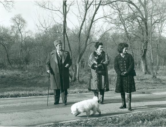 Jovanka i Tito u šetnji sa njenom sestrom Nadom, koju su rukovodioci SFRJ sredinom osamdesetih takođe držali pod prismotrom DB-a