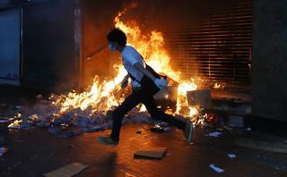 Całą noc trwały starcia między studentami a policją oblegającą kampus politechniki w Hongkongu