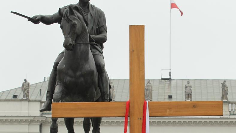 Krzyż przed Pałacem Prezydenckim, fot. PAP/Radek Pietruszka