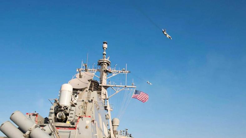 Rosyjskie samoloty nad amerykańskim okrętem