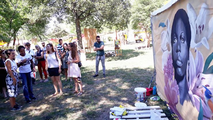 nis01 Lisi Simon se veoma dopao mural sa likom njene majke Nine Simone foto Branko Janackovic