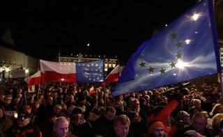 """Przed Pałacem Prezydenckim protest pod hasłem: """"Wolne sądy, Wolne wybory, Wolna Polska'"""