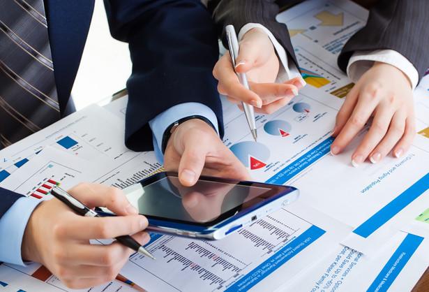 Analitycy wskazywali, że kluczowymi informacjami dla giełdowych graczy będą w poniedziałek październikowe wstępne odczyty indeksów PMI.