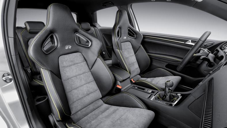 Golf R 400 kryje pod maską 400 KM mocy. W Pekinie kierowcy poznali model prototypowy, który jest dziełem Volkswagen R GmbH, firmy specjalizującej się w tworzeniu samochodów sportowych marki Volkswagen. Jednak co ważne - auto trafi do produkcji - decyzję potwierdził Heinz-Jakob Neusser - szef rozwoju Volkswagena.
