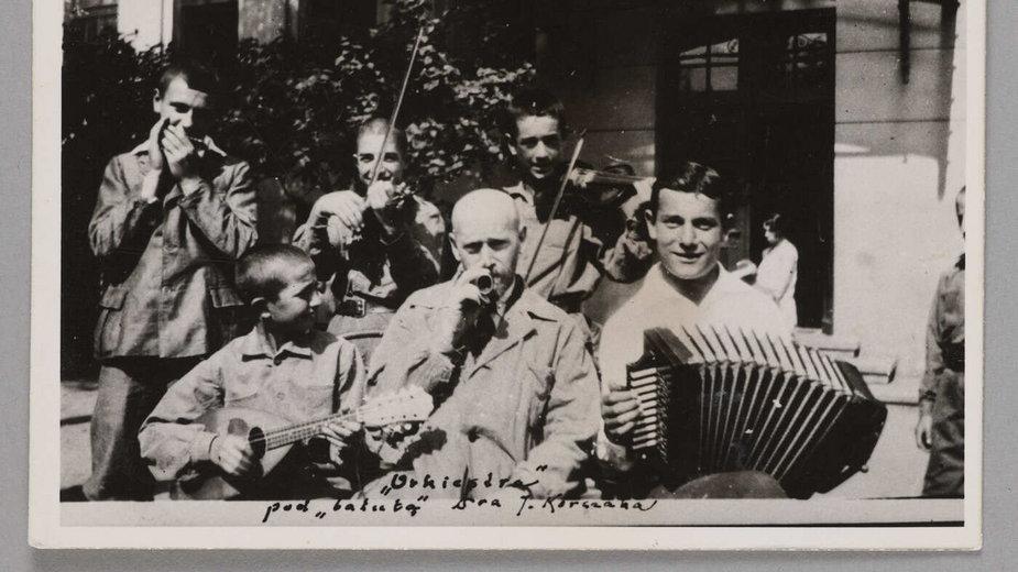 Janusz Korczak/Henryk Goldszmit z grupką wychowanków Domu Sierot; przed budynkiem, ul. Krochmalna 92 (Warszawa), lata 20