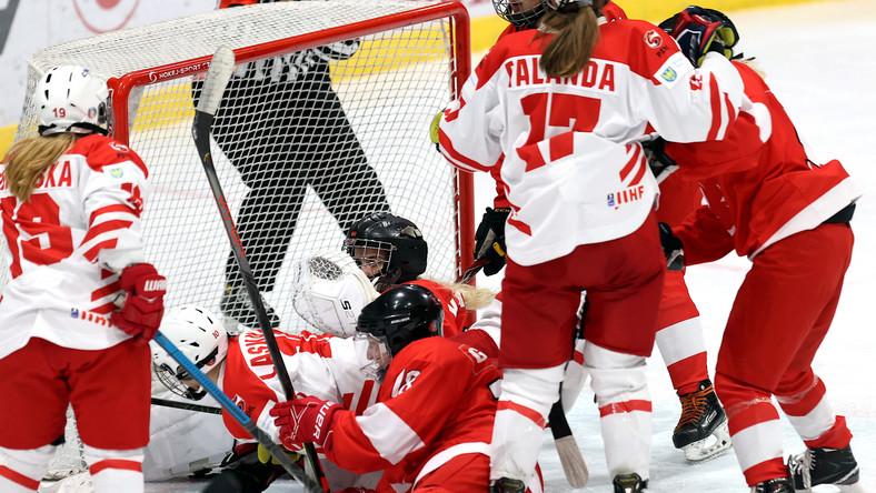 Sytuacja podbramkowa podczas pierwszego meczu turnieju prekwalifikacyjnego kobiet grupa H do XXIV Zimowych Igrzysk Olimpijskich hokejowych reprezentacji Polski i Turcji, na lodowisku im. Braci Nikodemowiczów