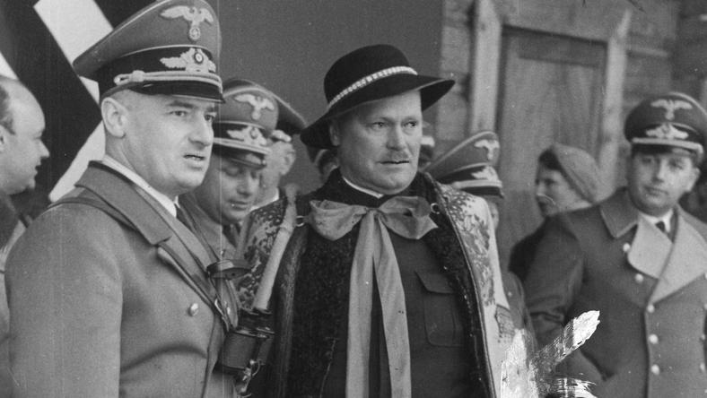 Gubernator Hans Frank (z lewej) poczas rozmowy z Wacławem Krzeptowskim (w stroju ludowym)