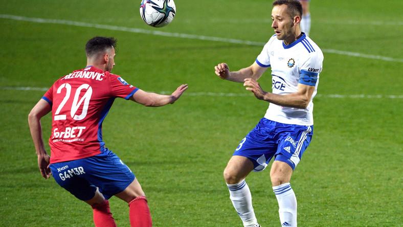 Piłkarz drużyny PGE FKS Stal Mielec Krystian Getinger (P) i Marko Poletanović (L) z zespołu Raków Częstochowa podczas meczu Ekstraklasy