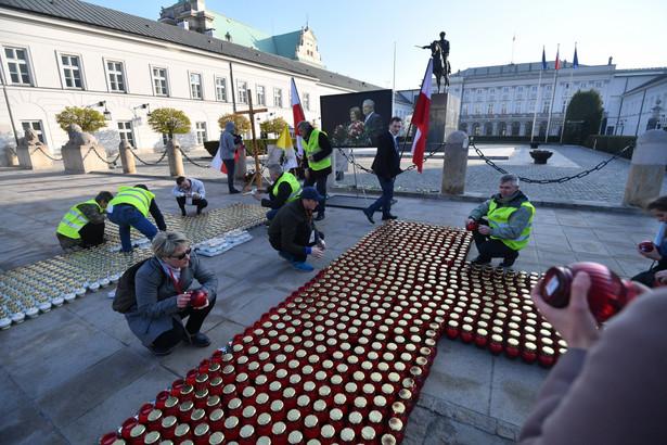"""W czasie apelu przypomniano dni po katastrofie smoleńskiej, kiedy tłumnie gromadzono się przed Pałacem Prezydenckim """"wierząc, że miejsce, które wskazali i wybrali Polacy stanie się miejscem, w którym stanie niebawem pomnik pana prezydenta i wszystkich ofiar katastrofy"""""""