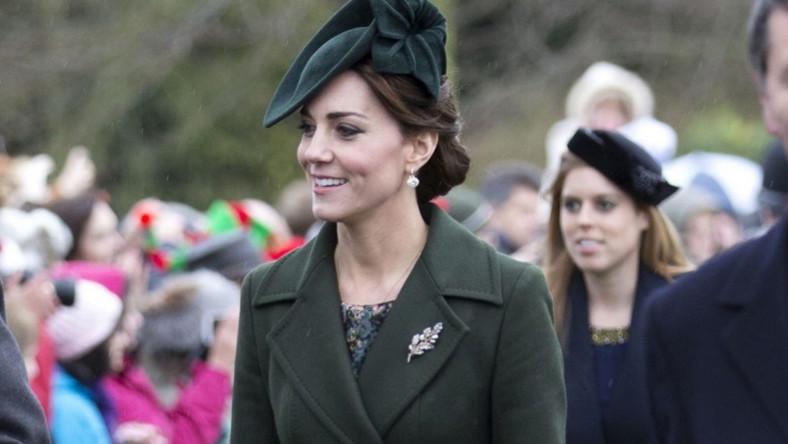 Zgniła zieleń to jeden z tzw. trudnych kolorów, ale księżna wyglądała w nim rewelacyjnie...