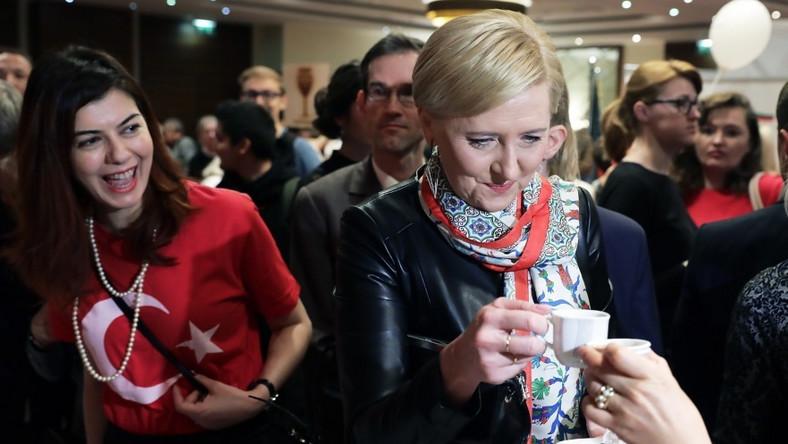 Pierwsza dama wzięła wczoraj udział w międzynarodowym kiermaszu dobroczynnym zorganizowanym przez Stowarzyszenia Małżonków Szefów Misji akredytowanych w Polsce...