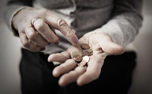Tzw. trzynasta emerytura ma być wypłacana w wysokości najniższej emerytury obowiązującej od 1 marca roku, w którym wypłacane jest dodatkowe świadczenie (w 2020 r. będzie to 1200 zł brutto)
