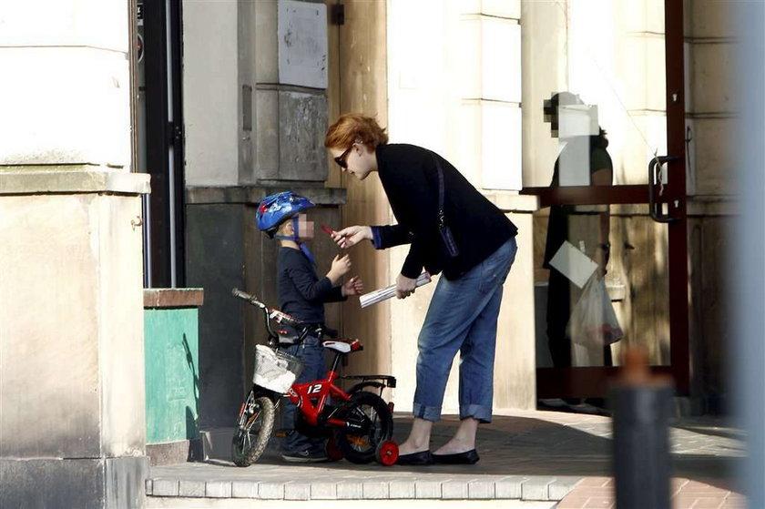 Widawska z synkiem na rowerku. Foto