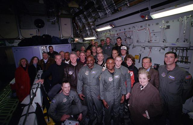 Olbrajtova sa vojnicima na američkom nosaču aviona 1993.