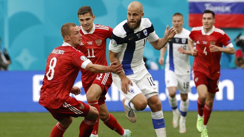 Fin Teemu Pukki w starciu z zawodnikami reprezentacji Rosji
