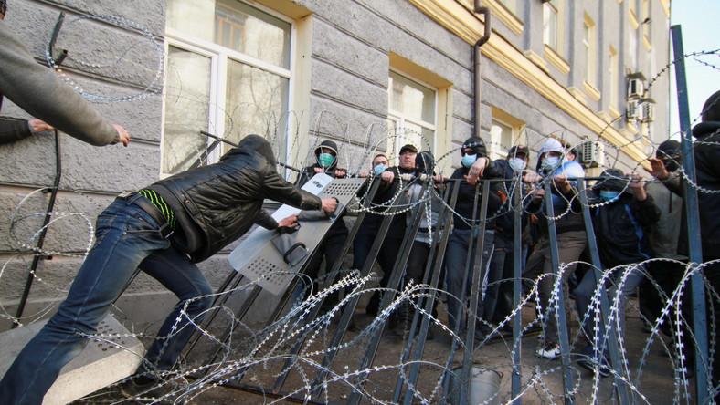 Z kolei w Charkowie doszło do bójki między prorosyjskimi aktywistami i zwolennikami Prawego Sektora. Słychać było eksplozje petard. Rzucano kamieniami. Milicji udało się rozdzielić dwie grupy. Funkcjonariusze próbowali wywieźć proukraińskich działaczy więźniarkami, jednak zostały one zablokowane przez separatystów