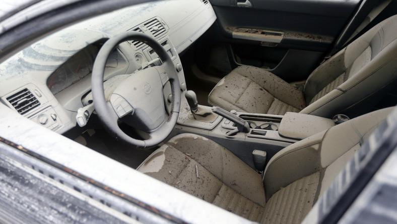 """Wiele samochodów """"popowodziowych"""" po prowizorycznym oczyszczeniu i dopraniu, trafi do komisów i ogłoszeń w internecie. Takie auta są kupowane przez handlarzy bezpośrednio od powodzian lub na aukcjach samochodów przejmowanych przez ubezpieczycieli."""