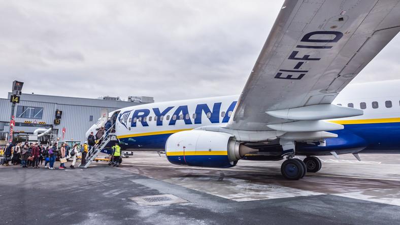 Samolot irlandzkich tanich linii lotniczych Ryanair na lotnisku w Edynburgu