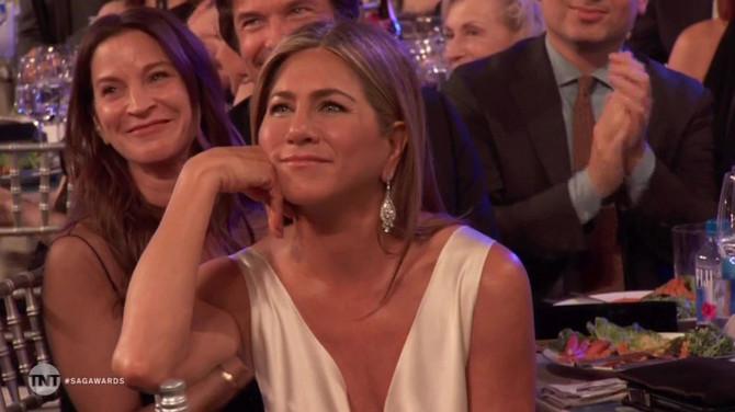 Dženifer sluša govor Breda Pita