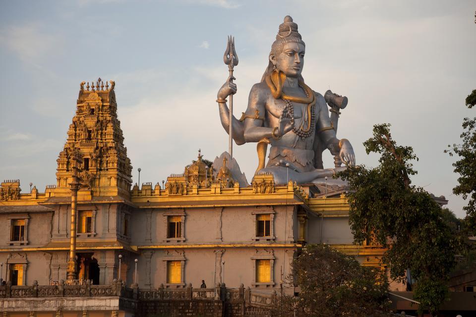 Gigantyczny posąg boga Śiwy w Indiach