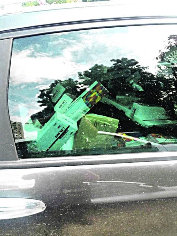 Automobil mladića od jačine udara odbačen je u jarak pored puta