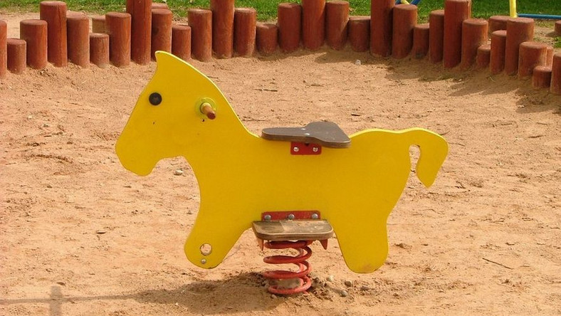 Uwaga, absurd! Gra w kolory na placu zabaw