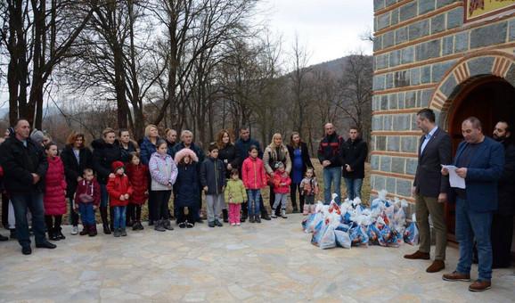 Paketićii za decu u Kamenici