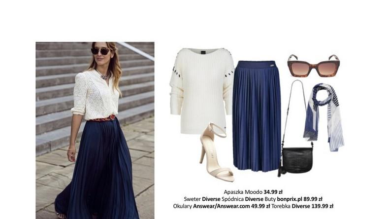 Połączenie plisowanej, granatowej spódnicy z białym sweterkiem, to bardzo klasyczny look. Lekkości dodajemy dzięki błękitnej apaszce i sandałkom na obcasie.